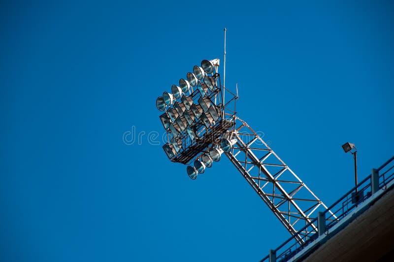 Stadion-Leuchten und blauer Himmel lizenzfreie stockfotos