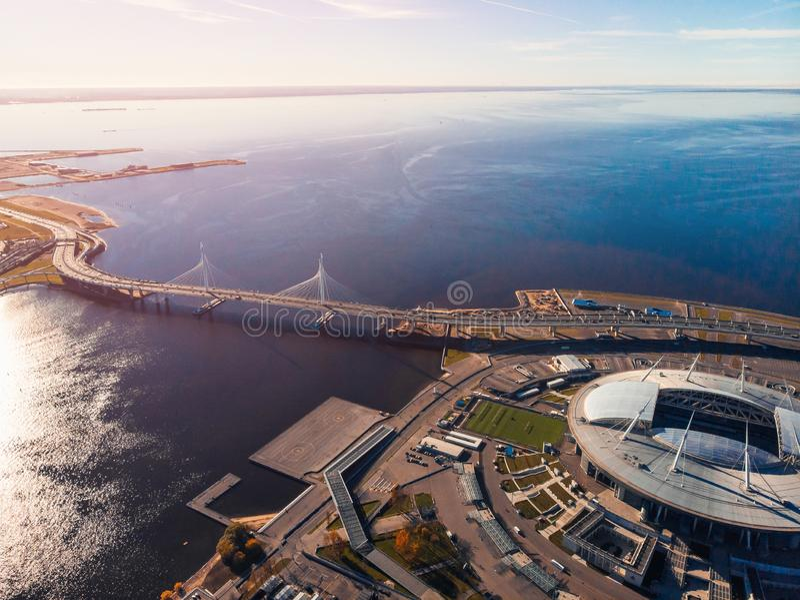 Stadion St Petersburg Zenit-arena finland golf Klar höstdag blå sky huvudväg helipad Sun ljus surface vatten för guld- krusningar royaltyfria bilder
