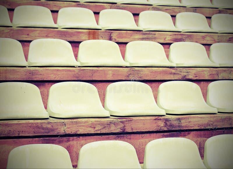 stadionblekare med inga personer för mötesportarna med arkivfoto