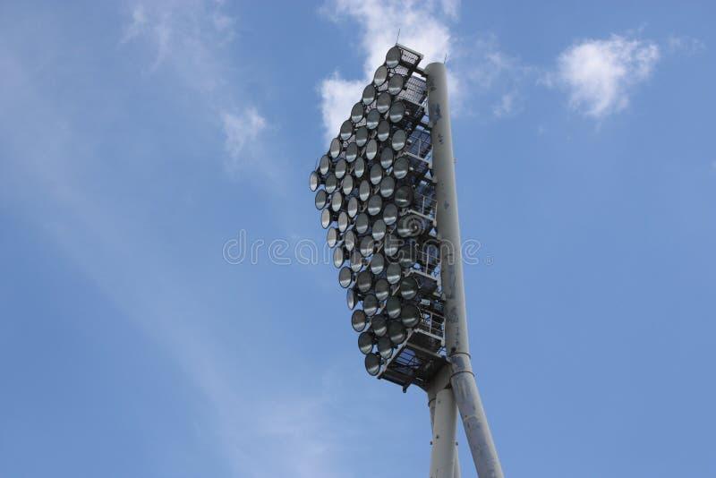 Stadionflodljus på en solig dag arkivfoto