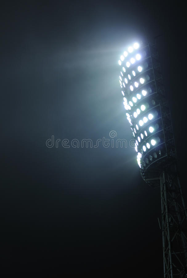 Stadionlampor mot den mörka nattskyen royaltyfri bild