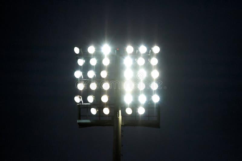 Stadionlichten bij nachthemel royalty-vrije stock afbeeldingen