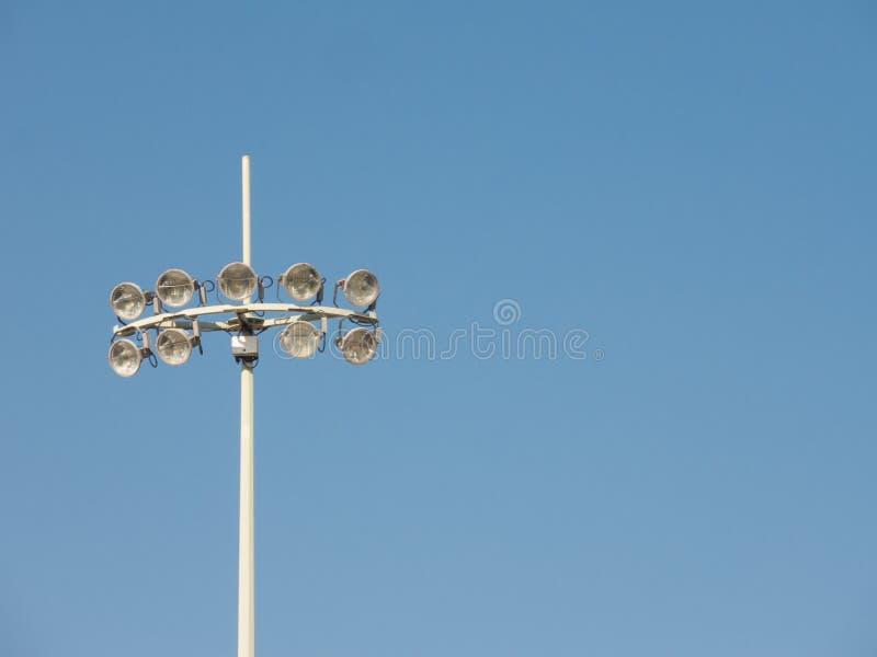 Stadionsscheinwerfer mit zehn Lichtern, die gegen Tag des blauen Himmels stehen lizenzfreie stockfotografie