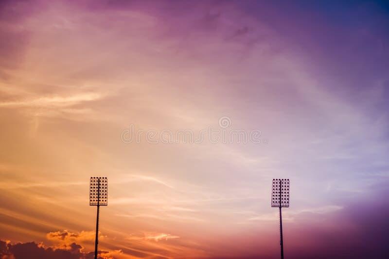 Stadionverlichting op schemering kleurrijke hemel royalty-vrije stock foto's