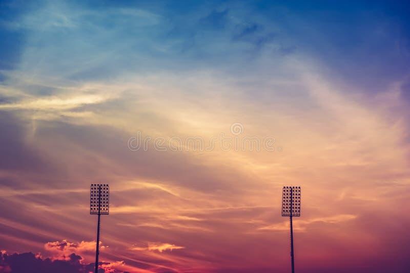 Stadionverlichting op schemering kleurrijke hemel royalty-vrije stock afbeelding