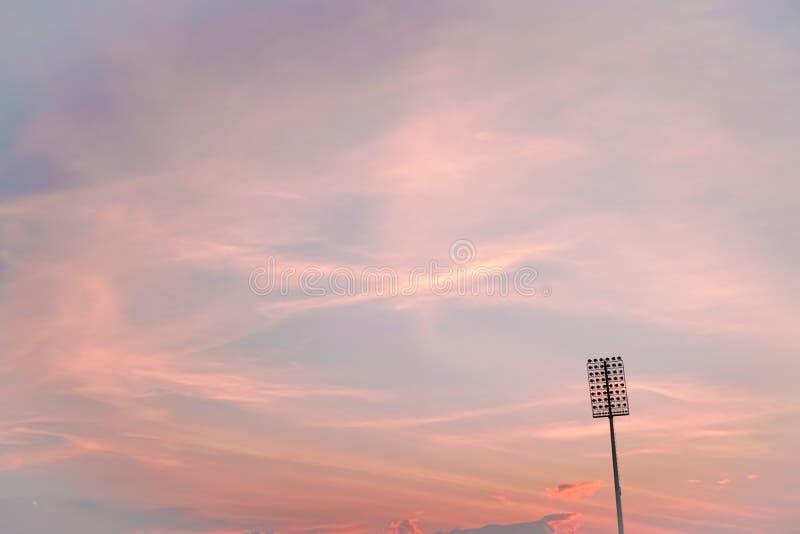 Stadionverlichting op schemering kleurrijke hemel stock foto