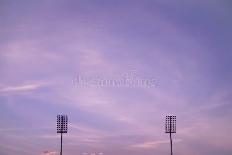 Stadionverlichting op schemering kleurrijke hemel stock afbeelding