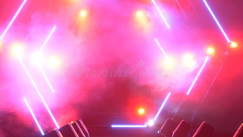 Stadium mit Rauche und Scheinwerferlichtern Getrennt auf weißem background Modernes Podium oder ein Stadium mit Lichtern und Rauc lizenzfreies stockfoto