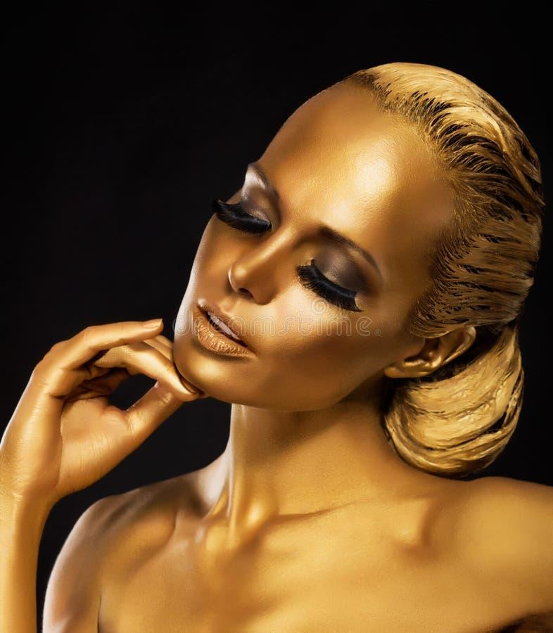 Stadium. Theater. Luxuriöse Frau in ihren Träumen. Goldene Farbe. Schmuck stockfoto