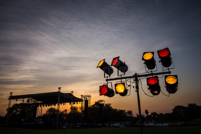 Stadium und Stadiumslichter bei Sonnenuntergang stockbilder