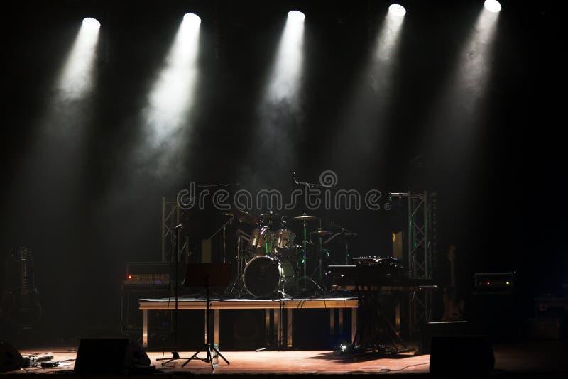 Stadium vor dem Konzert mit Trommeln lizenzfreie stockfotografie