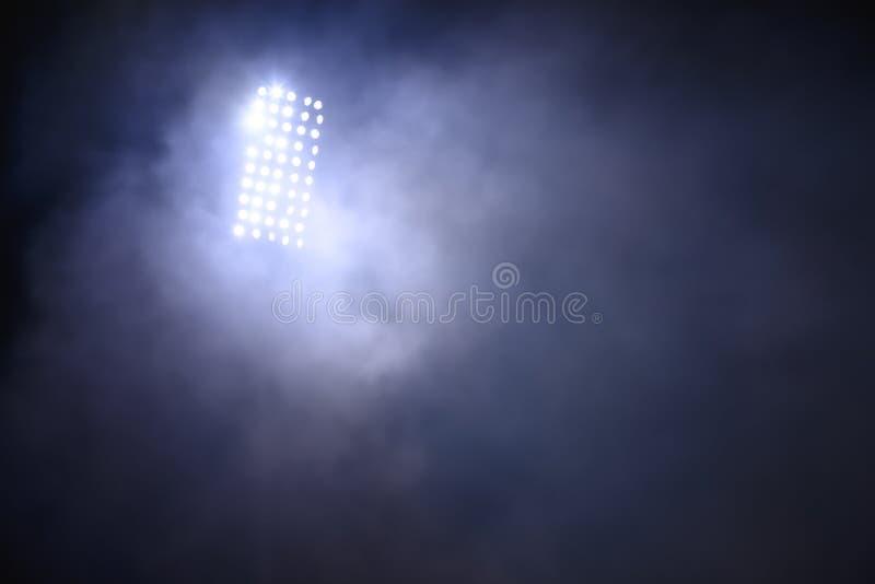 Stadiumlichten en rook tegen donkere nachtelijke achtergrond royalty-vrije stock afbeelding