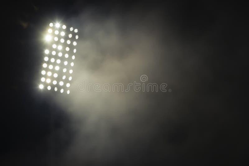 Stadiumlichten en rook tegen donkere nachtelijke achtergrond royalty-vrije stock fotografie