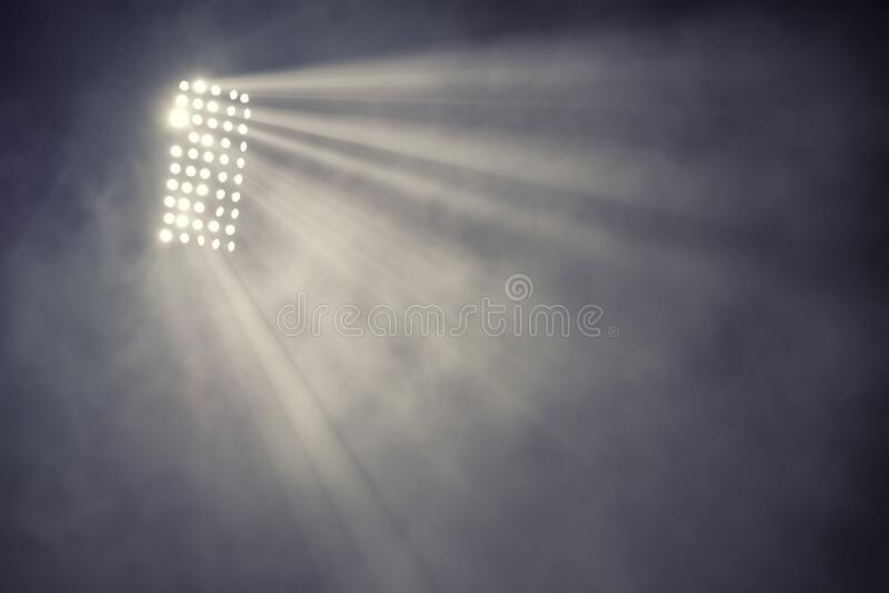 Stadiumlichten en rook tegen donkere nachtelijke achtergrond stock afbeelding