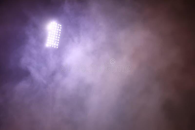Stadiumlichten en rook tegen donkere nachtelijke achtergrond royalty-vrije stock foto