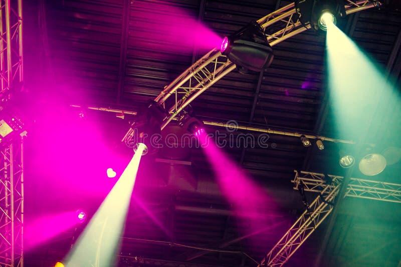 Stadiumslichter auf Konzert Lichttechnische Ausrüstung mit mehrfarbigen Strahlen Ansicht von unten Selektiver Fokus Kopieren Sie  stockfoto