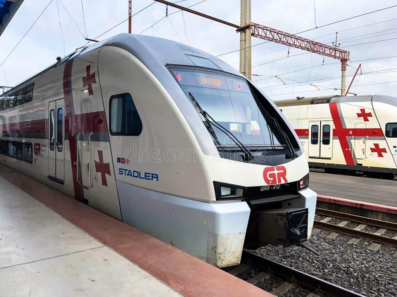 Stadler de alta velocidade branco dos trens rápidos no trilho de alta velocidade, estação de caminhos de ferro Geórgia, Batumi, o foto de stock royalty free
