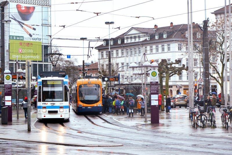 Stadmitt kallade 'Bismarkplatzs med stadsjärnvägen och bussföreningspunkt med många personer på en regnig dag arkivbild