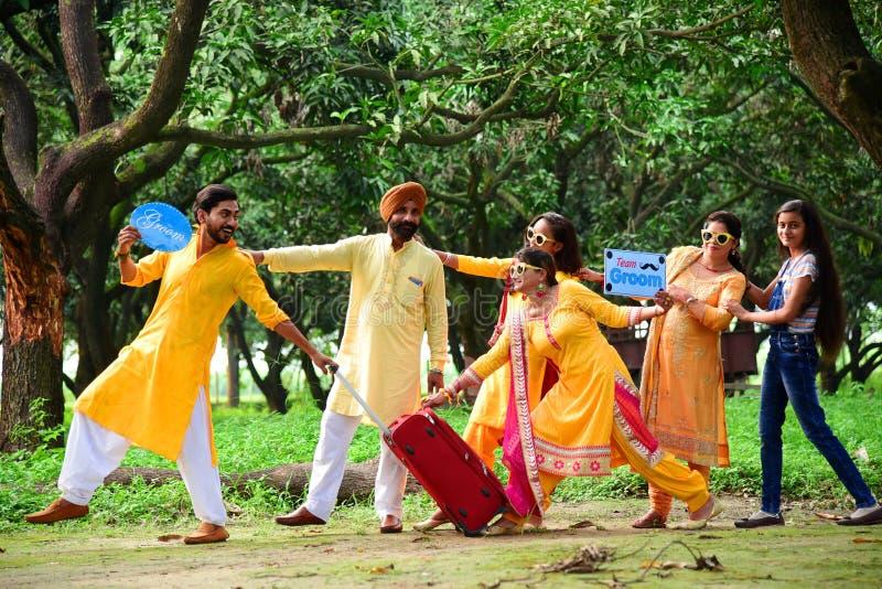 Stadpuranpur/Indien på 13th September 2019 en Halldi ceremoni firades för brudgum arkivfoto