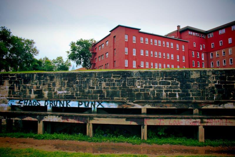 Stads- atmosfär i quebec med väggar för grafitti och för röd tegelsten arkivfoton