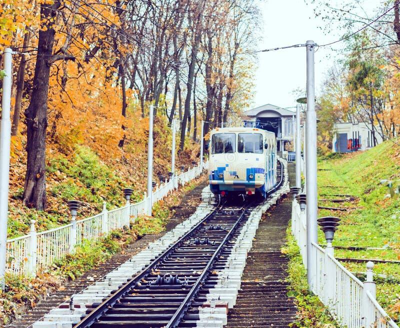 """Stads- bergbana i populär kollektivtrafik för Kiev, Ukraina †"""" arkivfoton"""