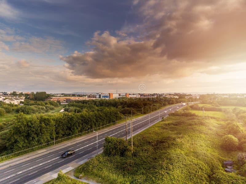 Stads- bostadsområde, solig dag, molnig blå himmel, flyg- sikt, Galway stad arkivfoton