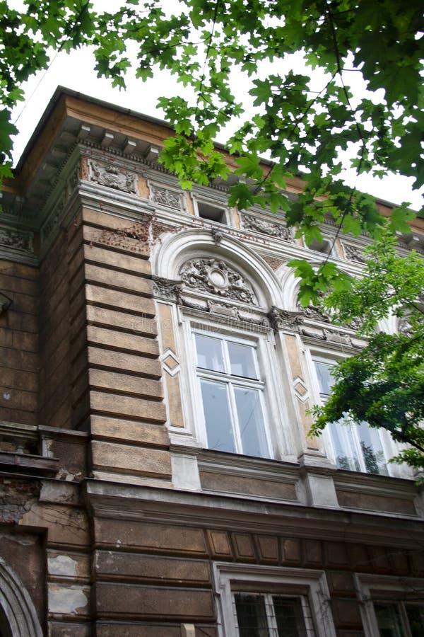Stads- byggande fasaddetalj i Krakow arkivfoto