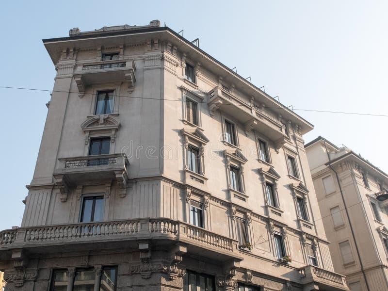 Stads- byggnad för dekorativ låg löneförhöjning på Sunny Day fotografering för bildbyråer