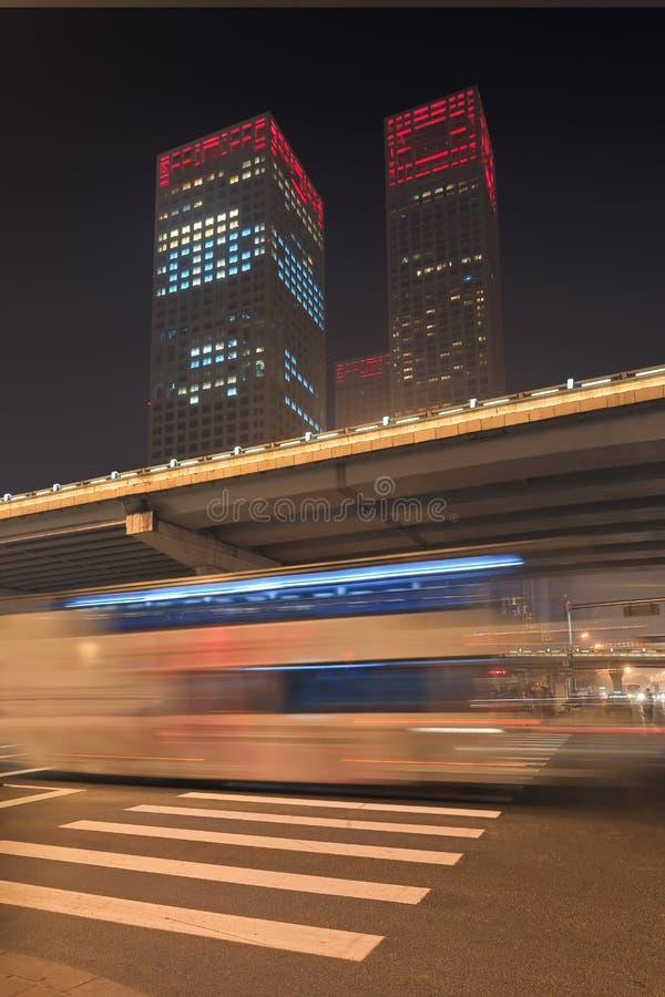 Stads- dynamism för nattetid på den i stadens centrum Peking, Kina arkivbilder