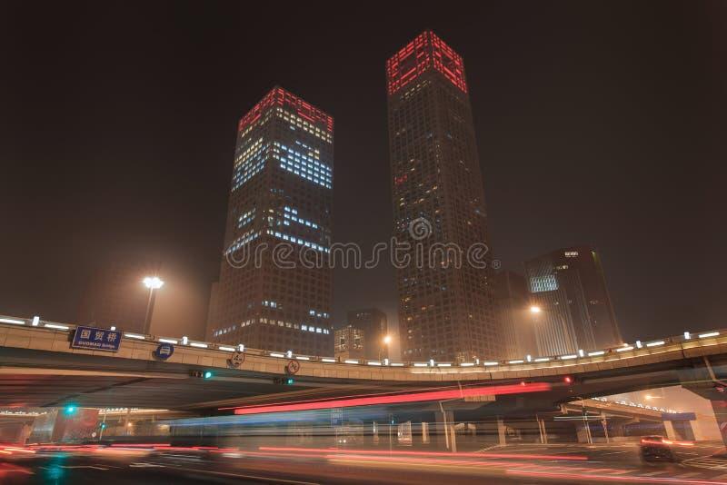 Stads- dynamism för nattetid på den i stadens centrum Peking, Kina royaltyfria foton