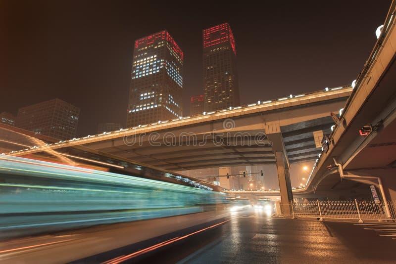Stads- dynamism för nattetid på den i stadens centrum Peking, Kina fotografering för bildbyråer
