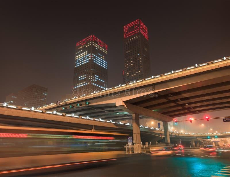Stads- dynamism för nattetid på den i stadens centrum Peking, Kina arkivbild