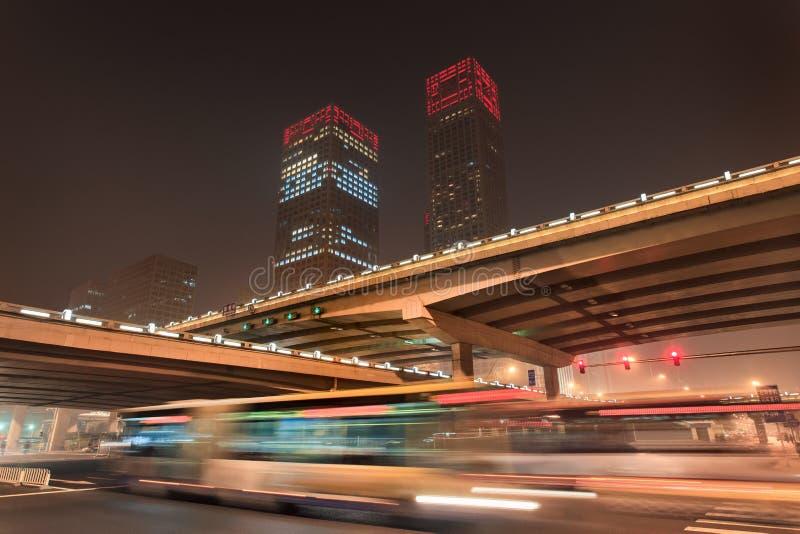 Stads- dynamism för nattetid på den i stadens centrum Peking, Kina royaltyfri fotografi