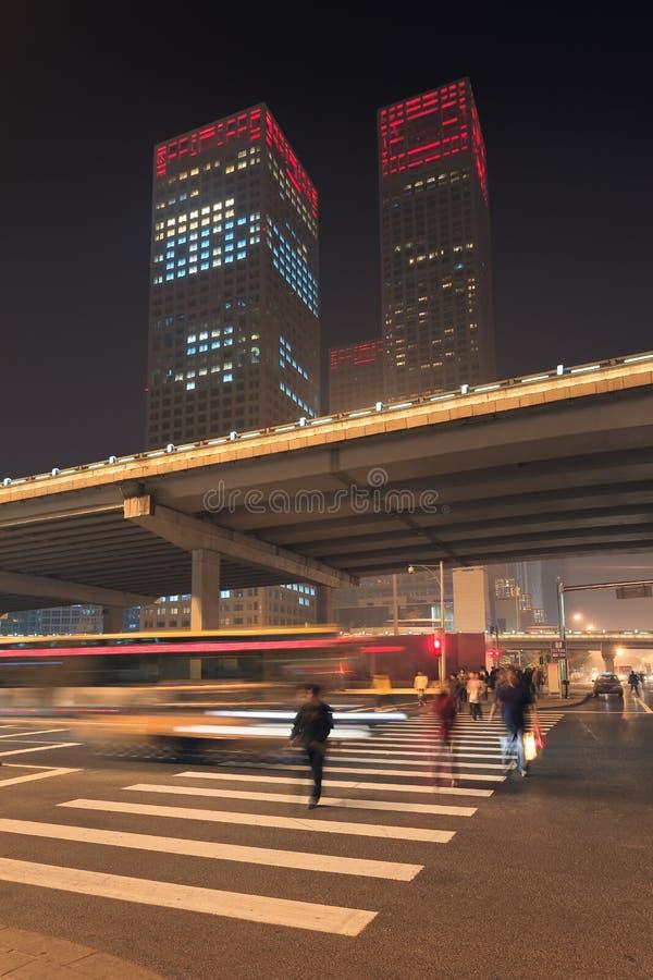 Stads- dynamism för nattetid på den i stadens centrum Peking, Kina royaltyfri bild