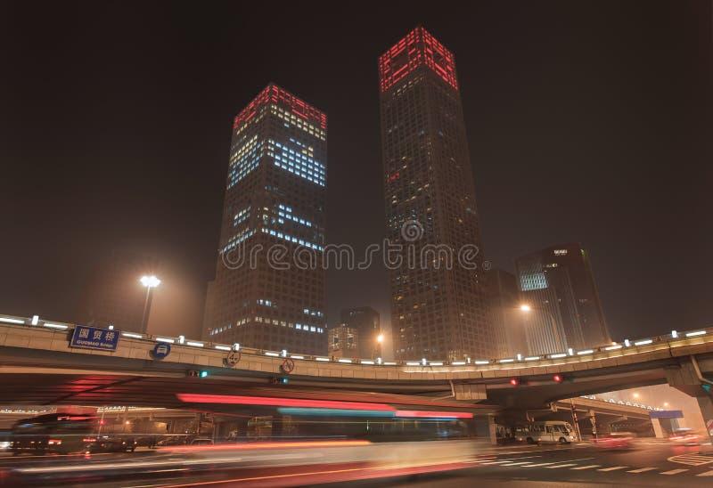Stads- dynamism för nattetid på den i stadens centrum Peking, Kina royaltyfri foto