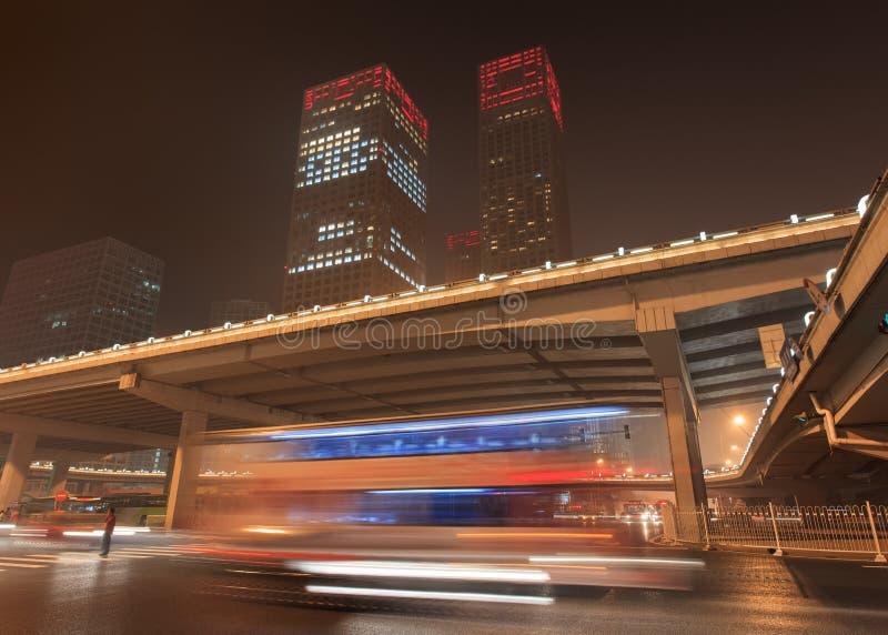 Stads- dynamism för nattetid på den i stadens centrum Peking, Kina royaltyfria bilder