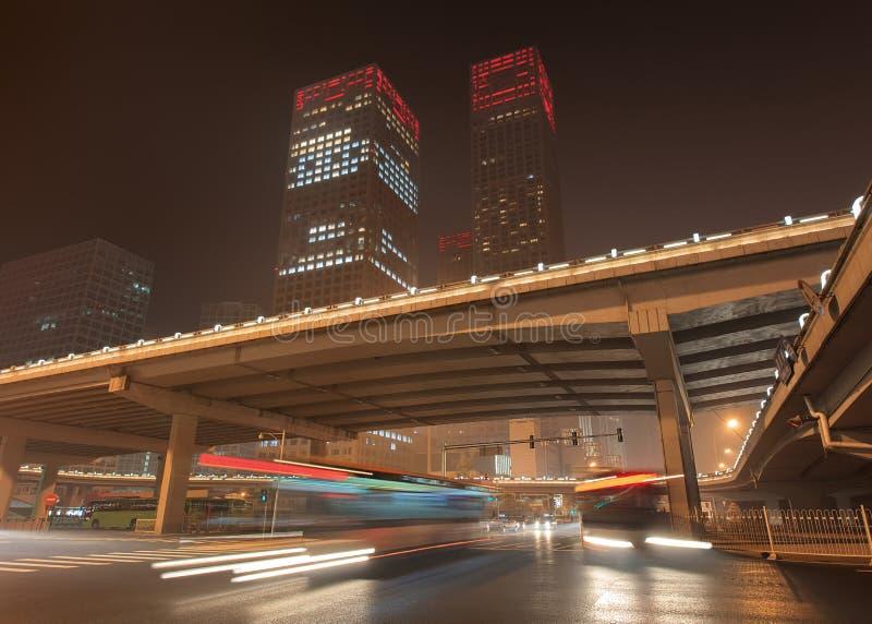 Stads- dynamismPeking som är i stadens centrum på nattetid, Kina fotografering för bildbyråer
