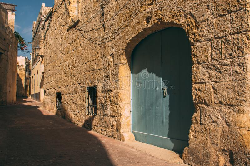 Stads- gatasikt i mitten av Siggiewi, Malta royaltyfria bilder