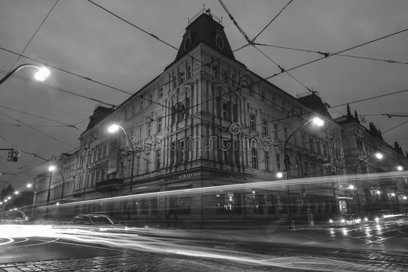 Stads- gatasikt under natt i Prague, tjeck fotografering för bildbyråer