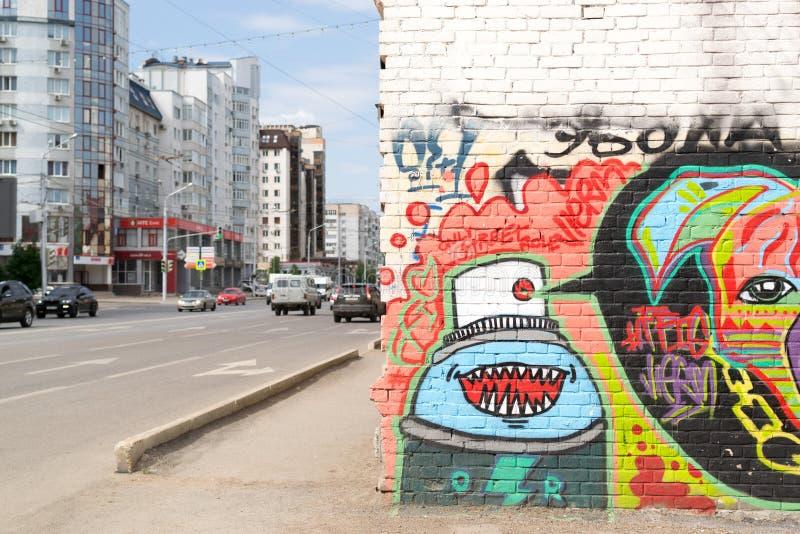 Stads- grafitti på en vägg med trafik royaltyfri foto