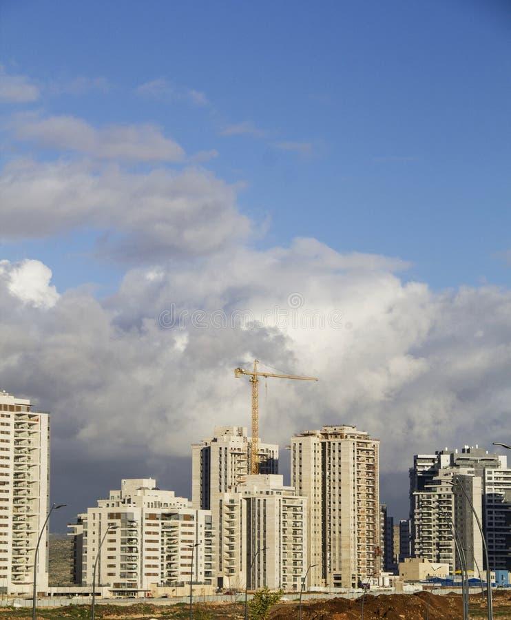 Stads- högt löneförhöjningkonstruktionsbegrepp Sikt av ny grannskap c royaltyfria bilder