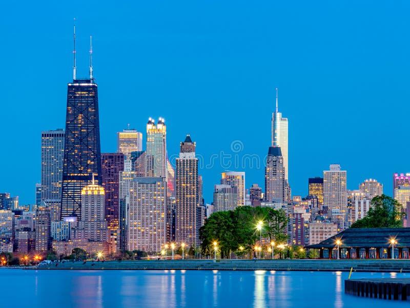 Stads- horisont f?r stad p? natten Gator av Chicago, Lake Michigan royaltyfri bild