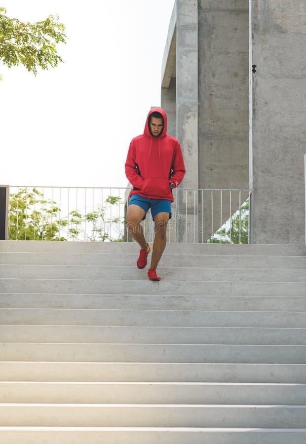 Stads- idrottsman nen som uppför trappan kör Sportig man som utarbetar utanför a arkivfoto