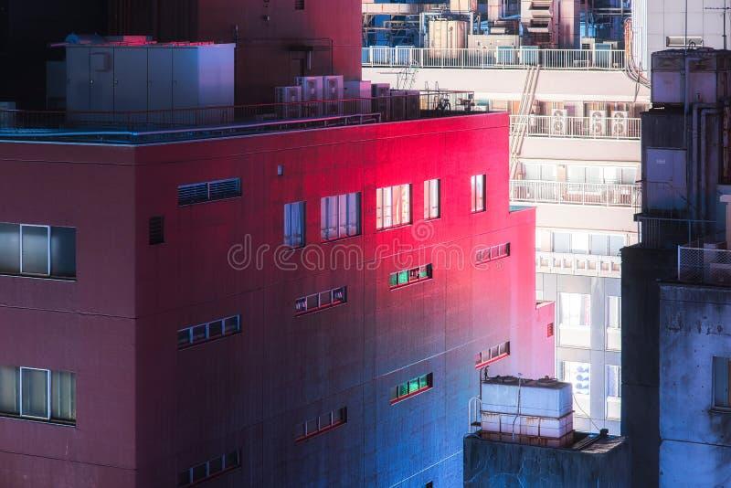 Stads- kuslig byggnad och röd och blå reflexion royaltyfri foto