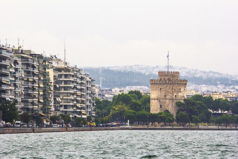 Stads- kustlinje med byggnader och det medeltida tornet, Thessaloniki Grekland arkivfoton