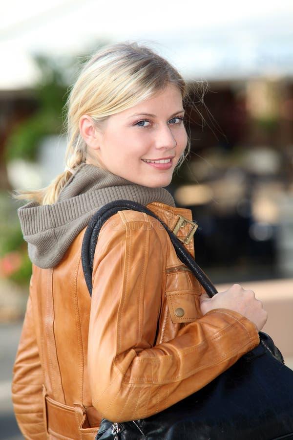 stads- kvinna för stående arkivbild