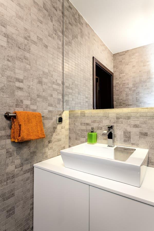 Stads- lägenhet - badrum royaltyfria foton