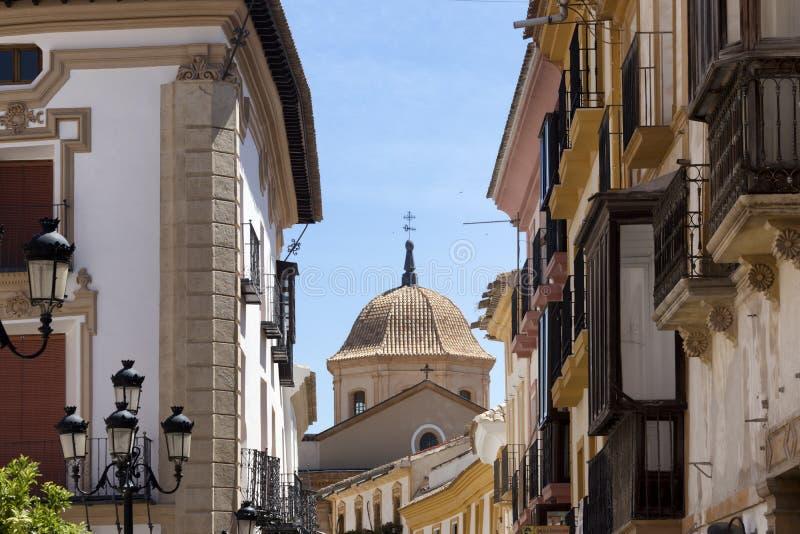Stads- landskap av den spanska kyrkan till och med byggnader royaltyfri foto