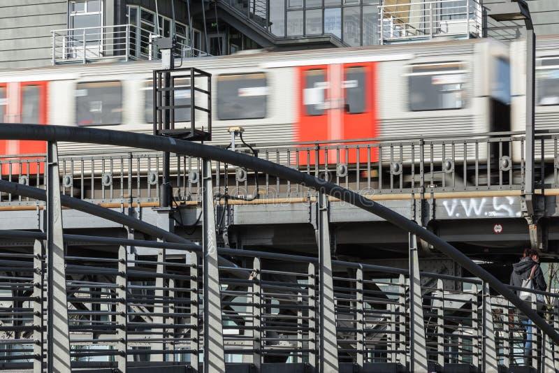 Stads- landskap av stålkonstruktion med ett drev som flyga iväg tagandet arkivfoto