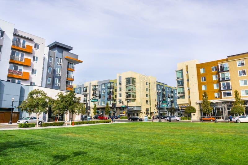 Stads- landskap med nyligen framkallade bostads- byggnader royaltyfri bild